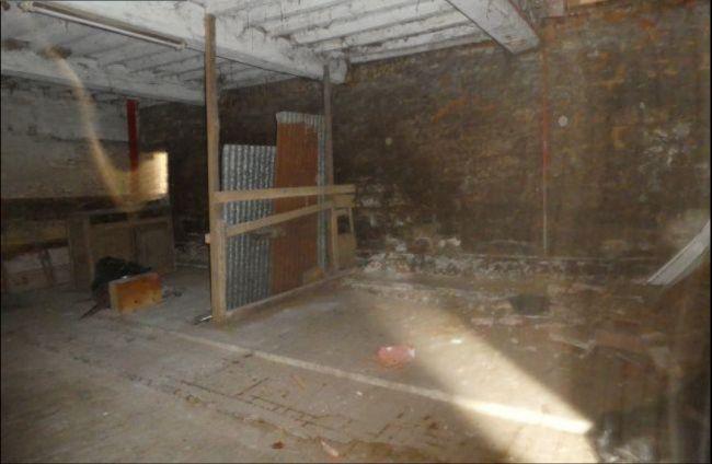 Maison de pierre à rénover de 107 m2 SH avec 2 granges et 3 greniers à Vaux Villaine