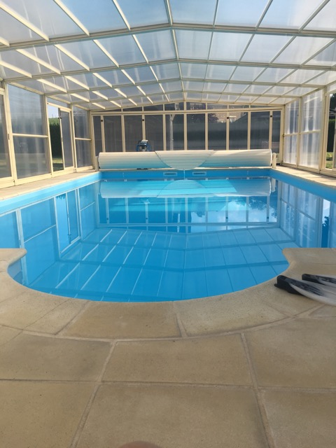 Grande maison de pierre de 203 m2 SH de plain pied SH avec piscine couverte sur 1781 m2 de terrain clos à BELVAL