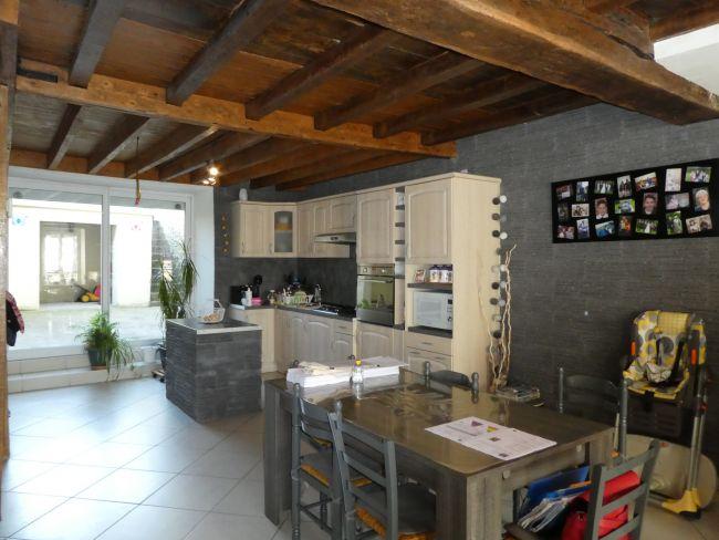 Maison de pierre rénovée de 170 m2 SH avec garage, terrasses et jardin à Poix Terron